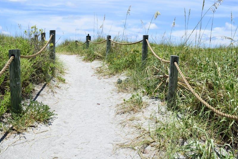 Dirigendosi alla spiaggia fotografie stock