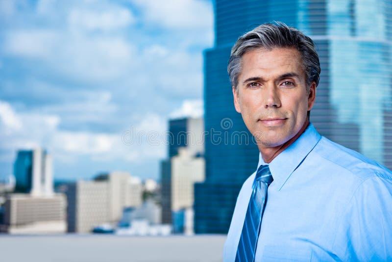 Dirigente anziano Grey-Haired sicuro in una città fotografia stock libera da diritti