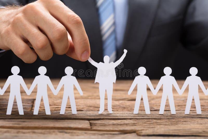 Dirigente di Holding Successful Paper dell'uomo d'affari in mezzo di Teamchain immagini stock libere da diritti