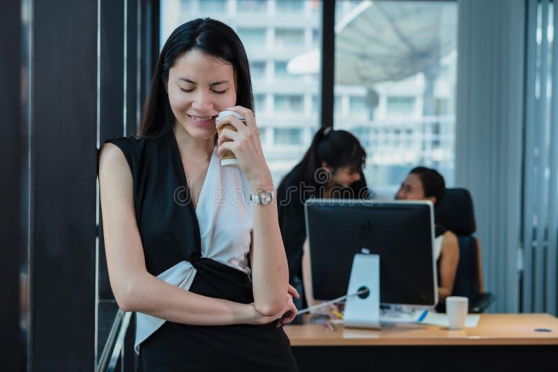 Dirigente femminile asiatico prendere una rottura dopo lavoro immagini stock libere da diritti
