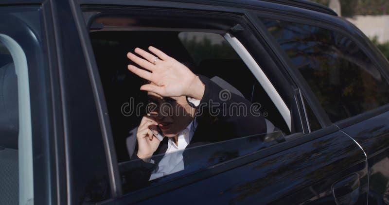 Dirigente nella vista di didascalia dell'automobile dalla finestra fotografia stock libera da diritti