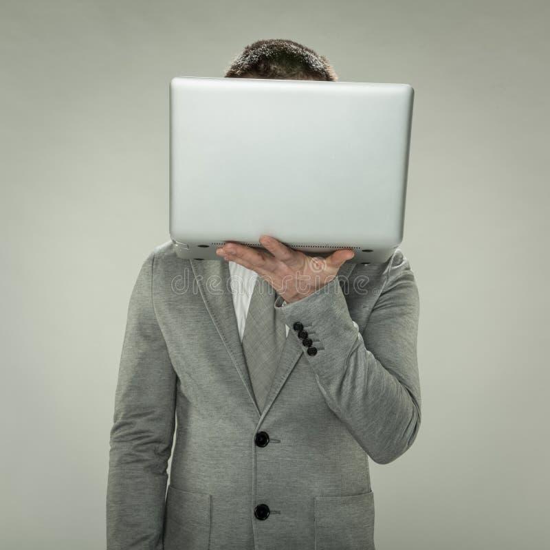 Dirigez au commerce en ligne, homme d'affaires semblant l'Internet intérieur profond images stock