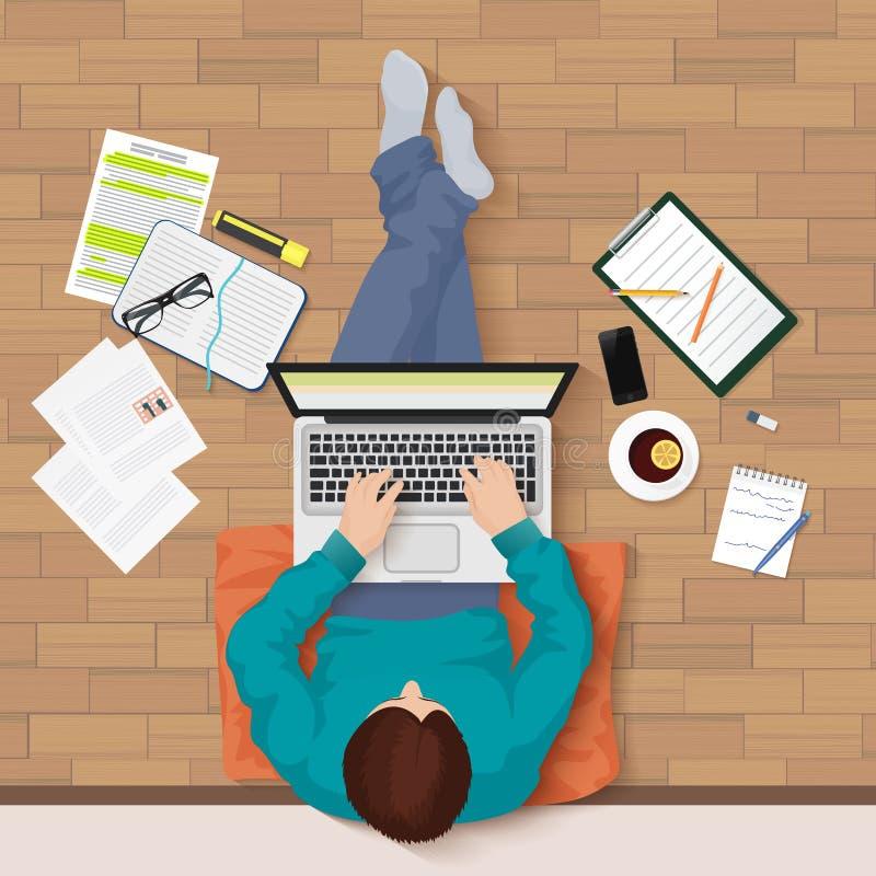Dirigez la vue supérieure du jeune homme se reposant sur le plancher avec le lieu de travail d'ordinateur portable et d'éléments  illustration libre de droits