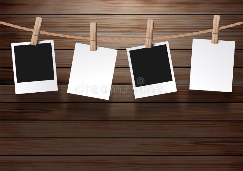 Dirigez le cadre de photos accrochant sur une corde avec le vieux fond en bois illustration stock