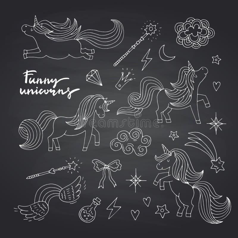 Dirigez les licornes mignonnes et les étoiles magiques tirées par la main réglées sur le tableau noir illustration libre de droits