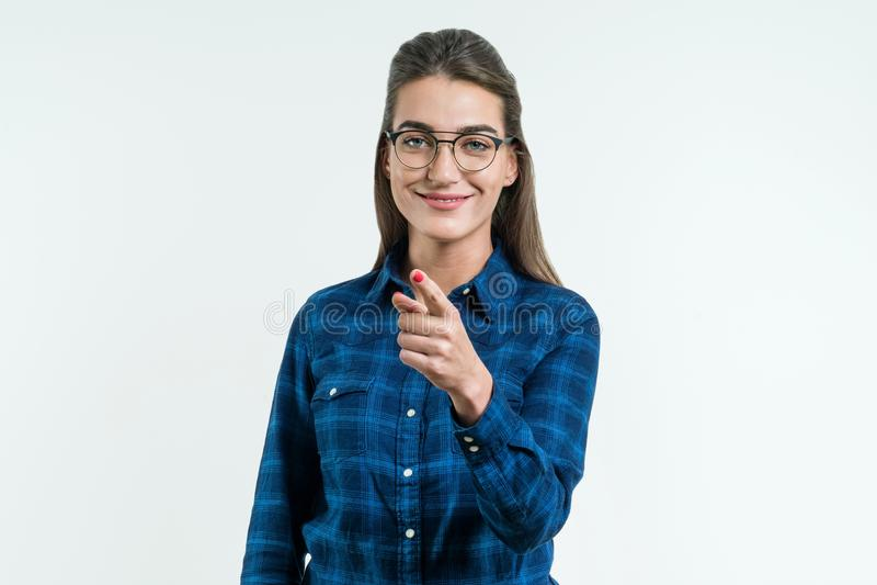 Dirigez votre doigt à vous, jeune belle fille gaie mignonne souriant en regardant l'appareil-photo au-dessus du fond blanc photo libre de droits