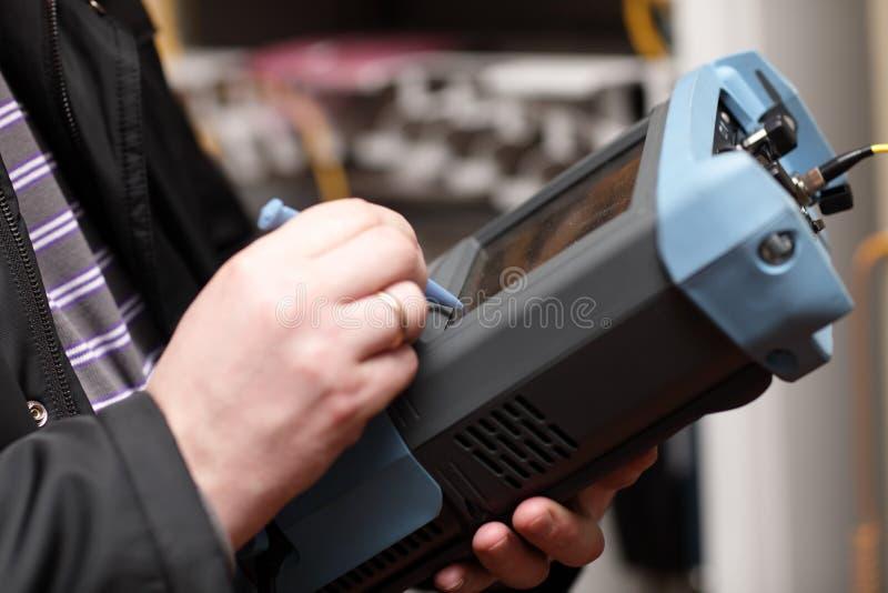 Dirija con el analizador de las telecomunicaciones foto de archivo