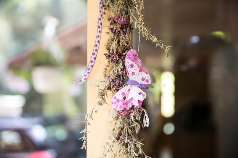 Dirija a decoração feita na alfazema, em plantas de jardim e na extremidade naturais fotos de stock