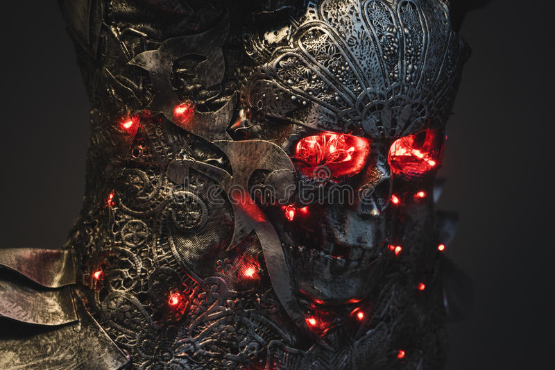 Dirija, el cráneo de plata de la armadura con los ojos del rojo y las luces llevadas, casco yo imagen de archivo libre de regalías