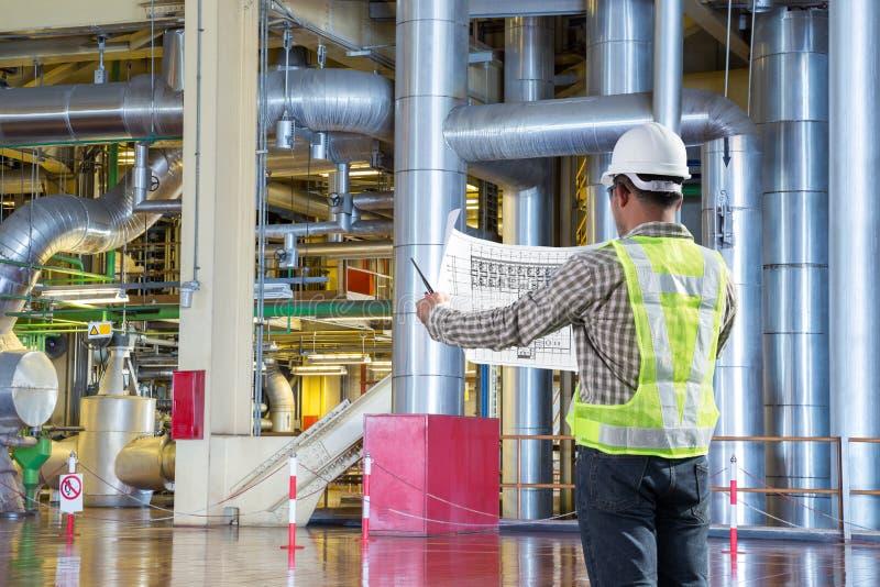 Dirija el diagrama del dibujo de la lectura para el mantenimiento en la central eléctrica fotografía de archivo