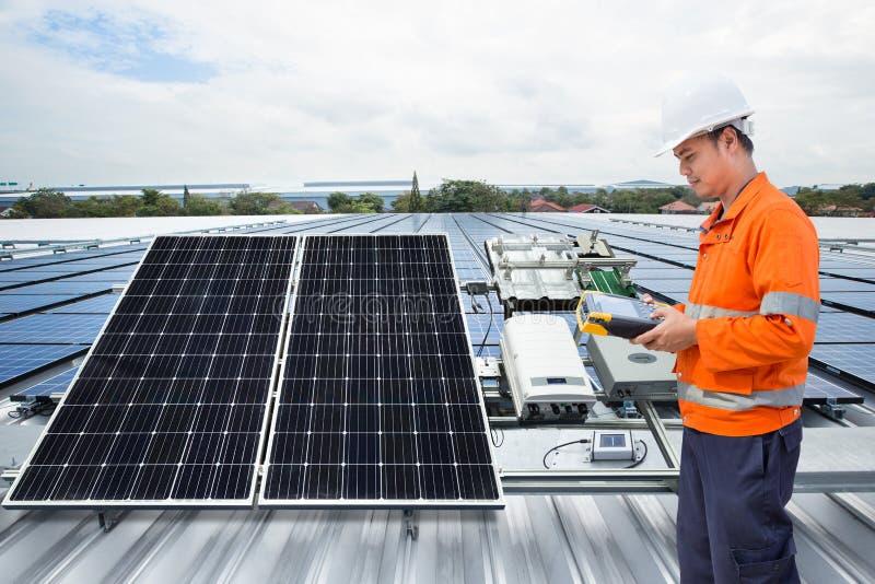 Dirija el equipo del panel solar del mantenimiento en el tejado de la fábrica foto de archivo libre de regalías