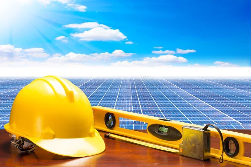 Dirija el plan de la tabla de funcionamiento en la central eléctrica de energía solar contra fotografía de archivo
