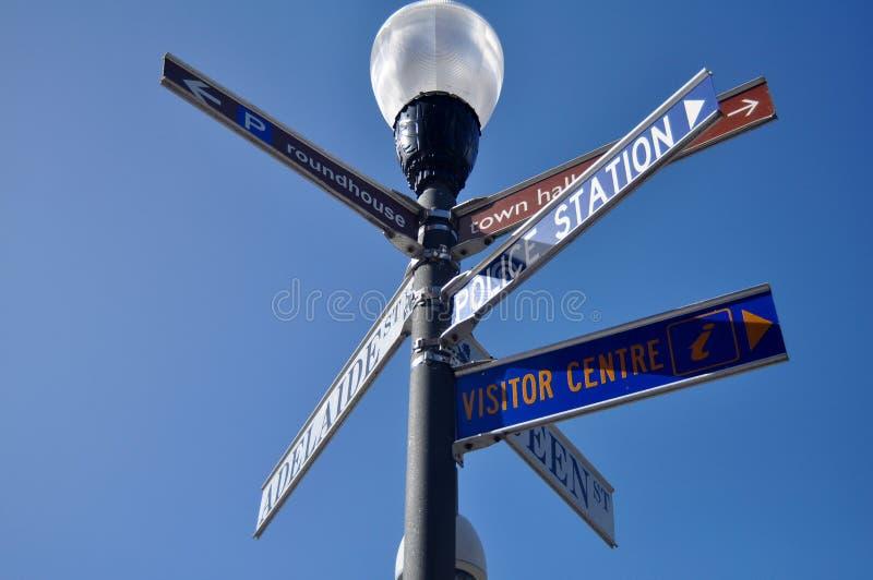 Dirija el polo de los posts y de la lámpara en al lado del camino en Adelaide Street imagenes de archivo
