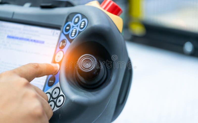 Dirija el punto de la mano en la palanca de mando del robot para controlar en la fábrica Utilice el robot elegante en la industri fotografía de archivo libre de regalías