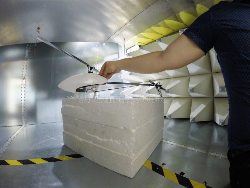 Dirija la preparación para los tes del EMC de la compatibilidad electromágnetica foto de archivo libre de regalías