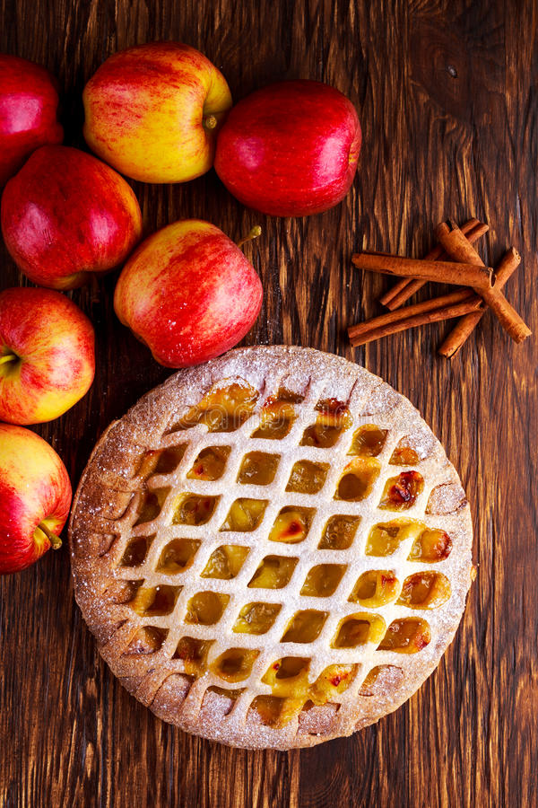 Dirija a torta de maçã cozida da estrutura na tabela de madeira imagens de stock royalty free