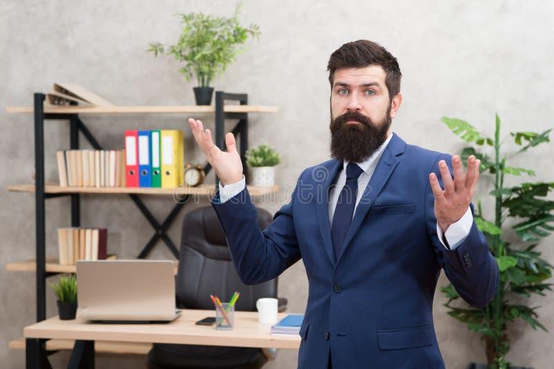 Dirija una compa??a Jefe barbudo del encargado superior del hombre en oficina Carrera del negocio Comience a poseer negocio Traje foto de archivo