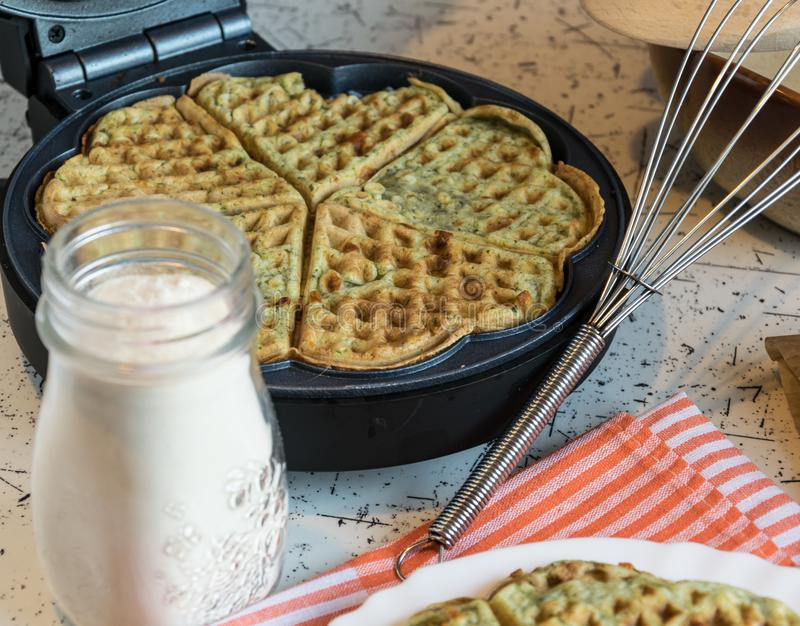 Dirija waffles feitos com espinafres, coração dado forma Pequeno almoço delicioso fotografia de stock