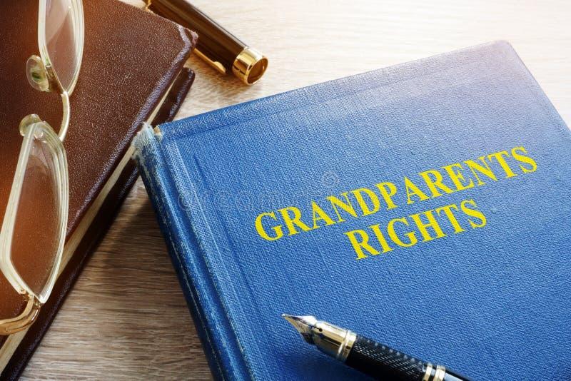 Diritti dei nonni sullo scrittorio Più vecchia legge fotografia stock libera da diritti