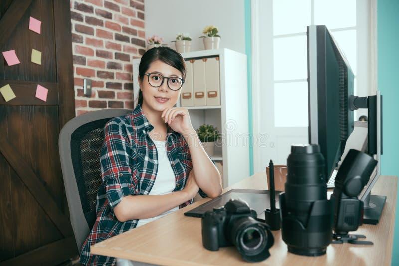 Diritto della donna che si siede nell'ufficio di fotoritocco fotografie stock