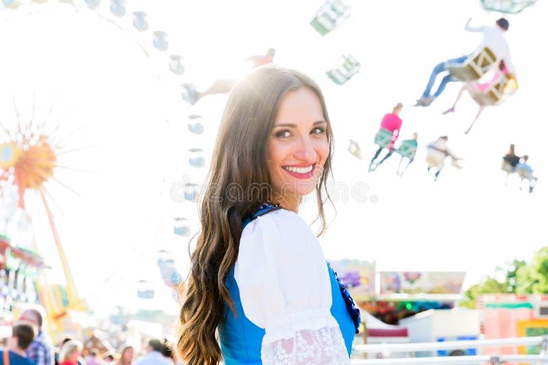 Dirndl женщины нося стоя перед колесом ferris стоковое изображение