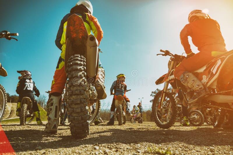 Dirtbike Team Motocross na motocicleta da bicicleta ? estrada do come?o Vista traseira fotos de stock