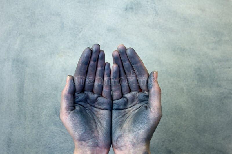 Dirty kupade händer som rymmer något på grå bakgrund royaltyfri foto