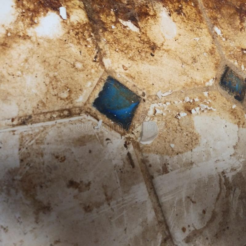 Dirty Old Tiled Kitchen Floor fotografie stock libere da diritti