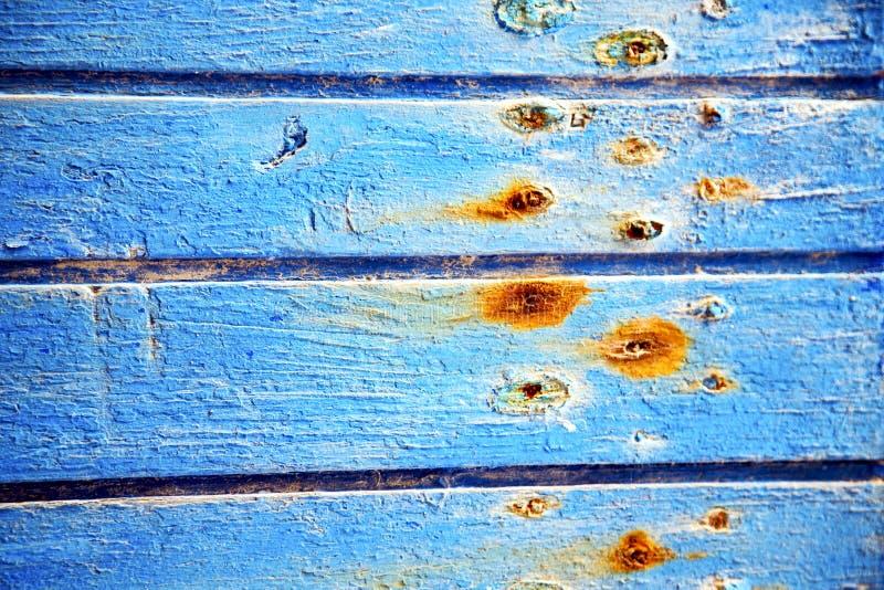 Dirty rev av i den blåa dörren och rostigt royaltyfri bild