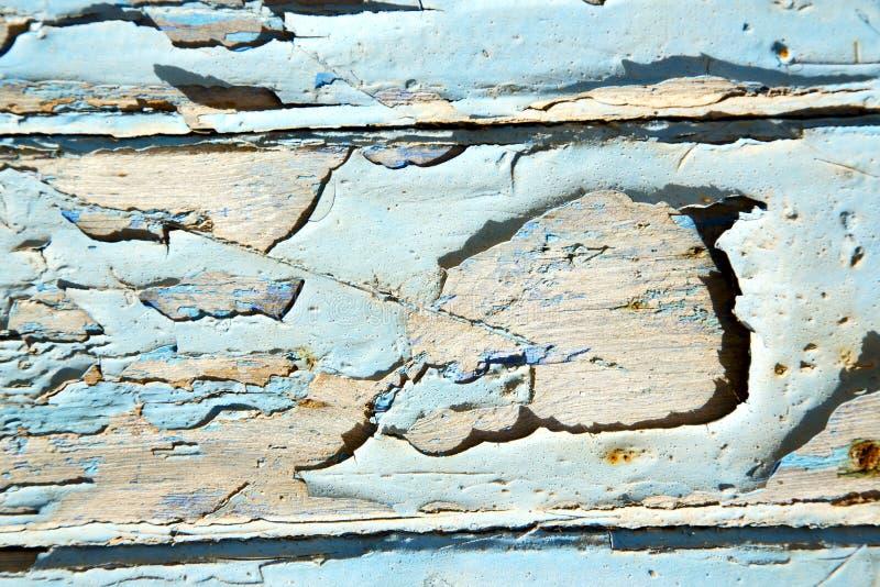 Dirty rev av i den rostiga wood dörren arkivfoto