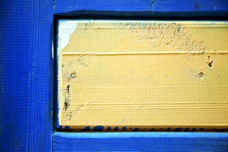 Dirty rev av målarfärg i den blåa gulingen royaltyfri bild