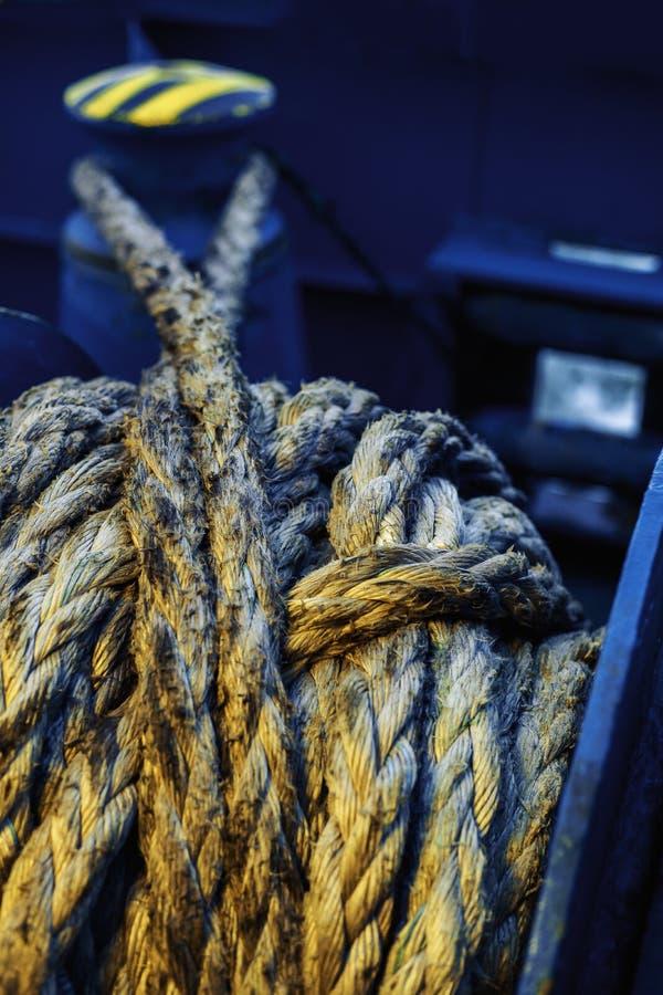 Dirtymooring linia na winch T?o kosmos kopii plama niebieski kolor ? zdjęcia stock
