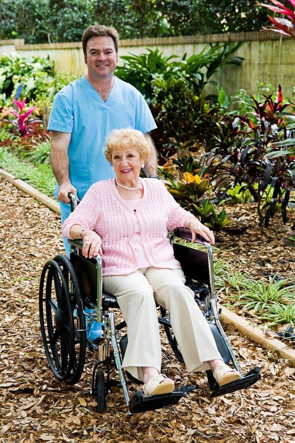 disabled vårdar den höga kvinnan fotografering för bildbyråer