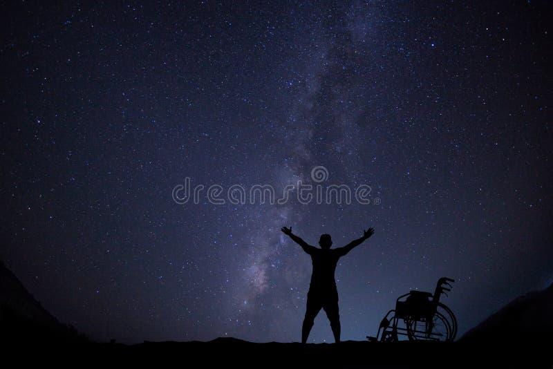 Disablemanhopp för frihet på nattskyscape arkivfoton