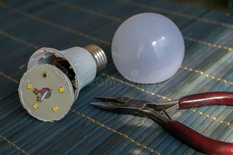 Disassembled llevó el hogar que la lámpara con un elemento llevado quemado está en la tabla imágenes de archivo libres de regalías