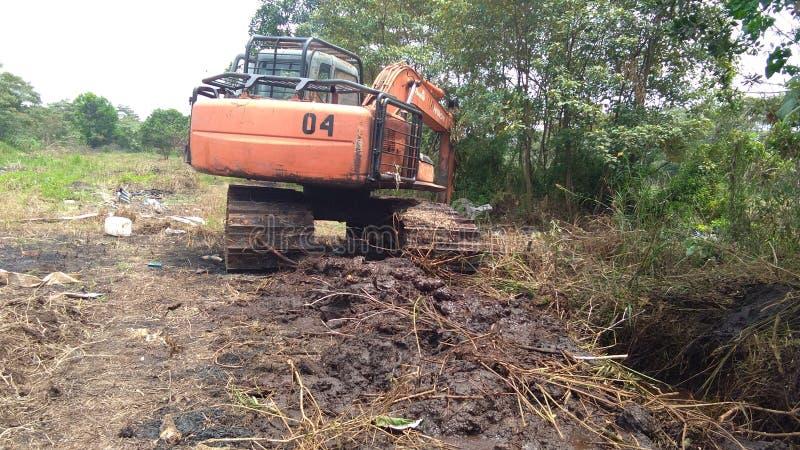 Disboscamento con l'escavatore - resistente fotografia stock
