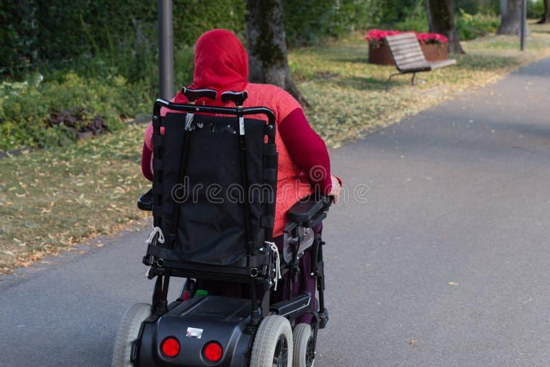 discapacitada en silla de ruedas imagen de archivo
