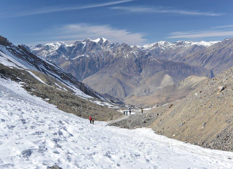 Discendendo dal passaggio della La del thorung, viaggio di annapurna, Nepal immagine stock libera da diritti
