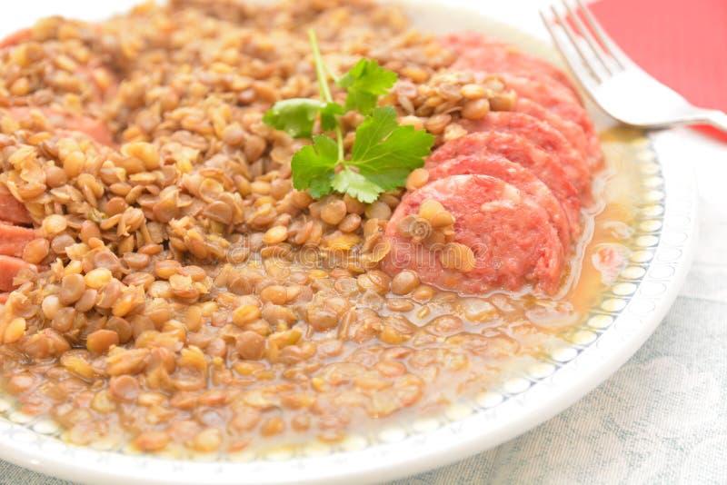 Disch italien traditionnel pour le jour passé des lentilles de petit morceau de cotechino de saucisse de proc d'année photographie stock