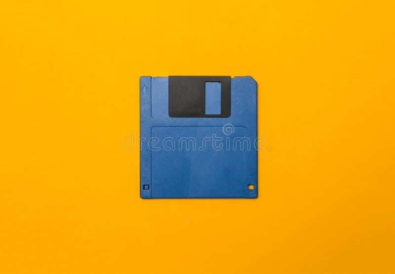 Dischetto blu su giallo immagini stock libere da diritti