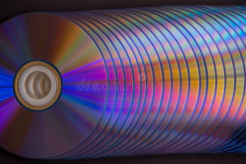 dischi del dvd e di deviazione standard su un fondo scuro grande pila fotografie stock