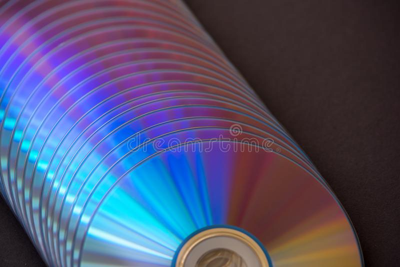 dischi del dvd e di deviazione standard su un fondo scuro grande pila immagini stock