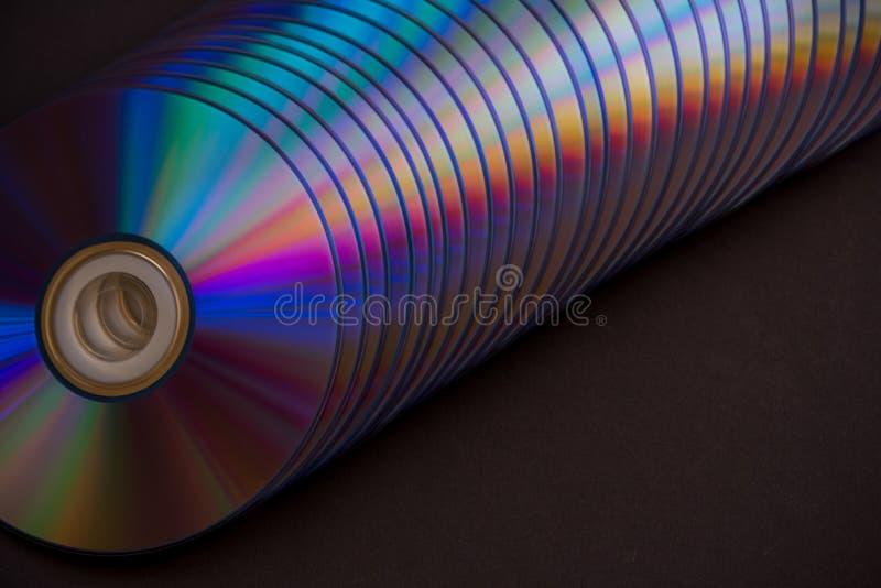 dischi del dvd e di deviazione standard su un fondo scuro grande pila fotografia stock libera da diritti