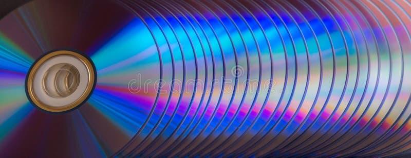 dischi del dvd e di deviazione standard su un fondo scuro grande pila immagine stock libera da diritti