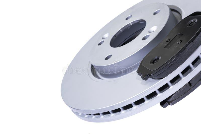 Dischi del freno e cuscinetti di freno isolati su fondo bianco Ricambi auto Rotore del disco del freno isolato su bianco Disco di immagine stock libera da diritti