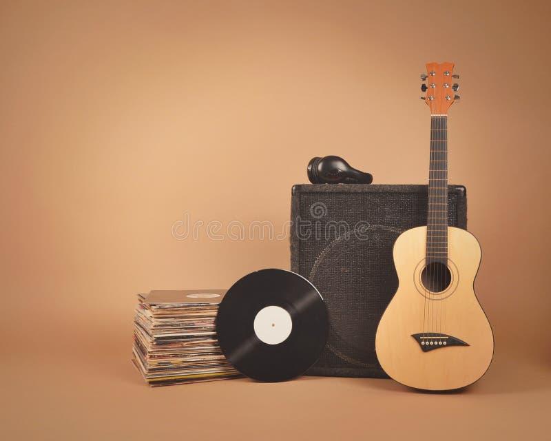 Dischi di musica e fondo dell'annata della chitarra immagine stock libera da diritti