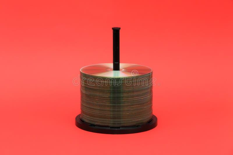 Dischi ed intelaiatura di DVD con il fondo rosso fotografia stock