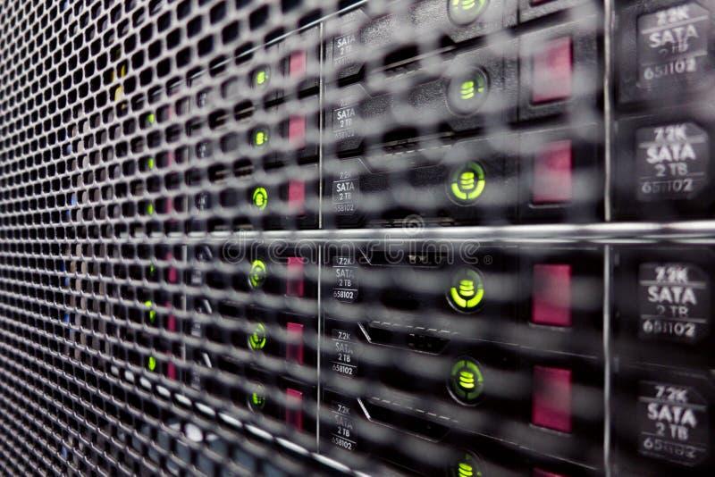 Dischi rigidi in uno scaffale del computer fotografie stock libere da diritti