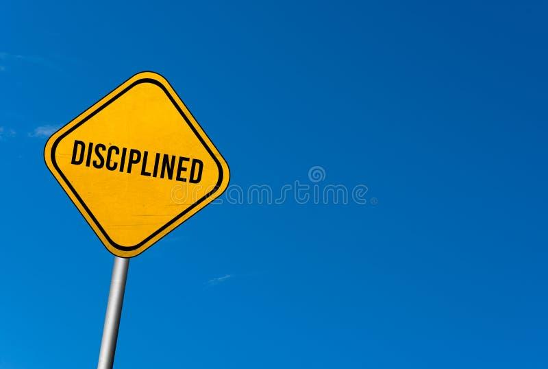 discipliné - signe jaune avec le ciel bleu photos libres de droits