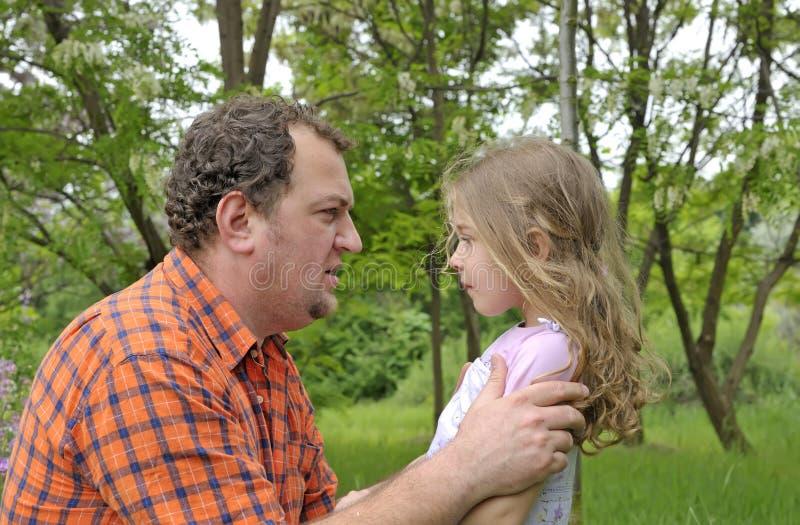 Discipline de père sa fille photographie stock libre de droits